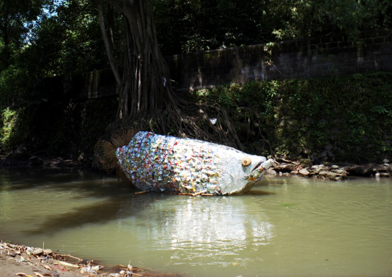 「ジョグジャカルタのアロワナ」/ ''Yogyakarta's arowana'', 2008, garbage based sculpture