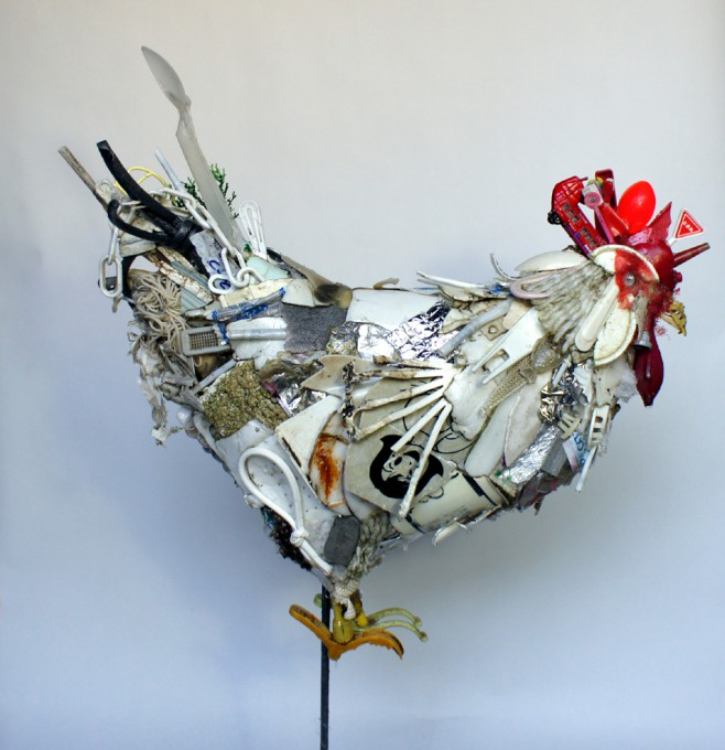 「シロニワトリ」/ ''White rooster'', 2011, garbage based sculpture
