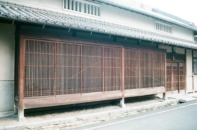 "「奈良爛々(三輪)」 / ""Nararanran -Miwa"", 2011, glue on wooden lattice window"