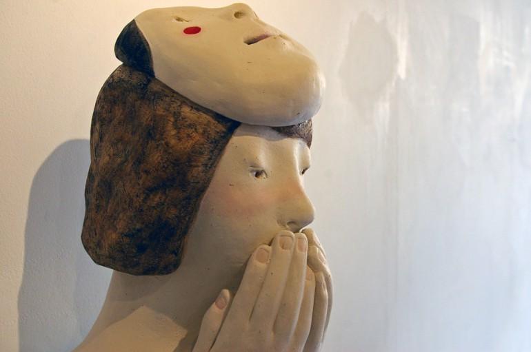 「韓国面の女」/ '''a woman with a Korean mask'', 2010, ceramic based sculpture