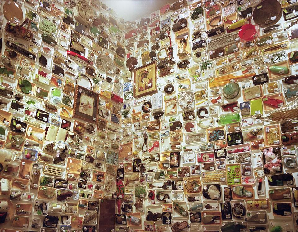"""「ゴミ淀川産」/ """"GARBAGE FROM YODOGAWA"""", 2005, installation view"""