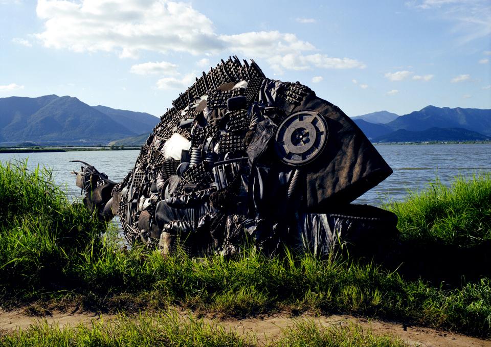 「ナットンチヌ」/ ''Nakdong Chinu'', 2006, garbage based sculpture