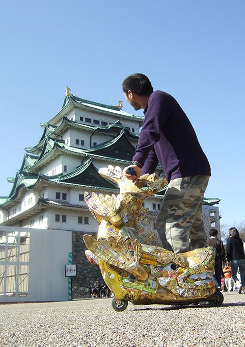 「シャチホコ」/ ''Shachihoko'', 2009, garbage based sculpture