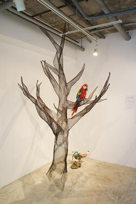 「コンゴウインコ No.1」/ ''Macaw No.1'', 2006, garbage based sculpture