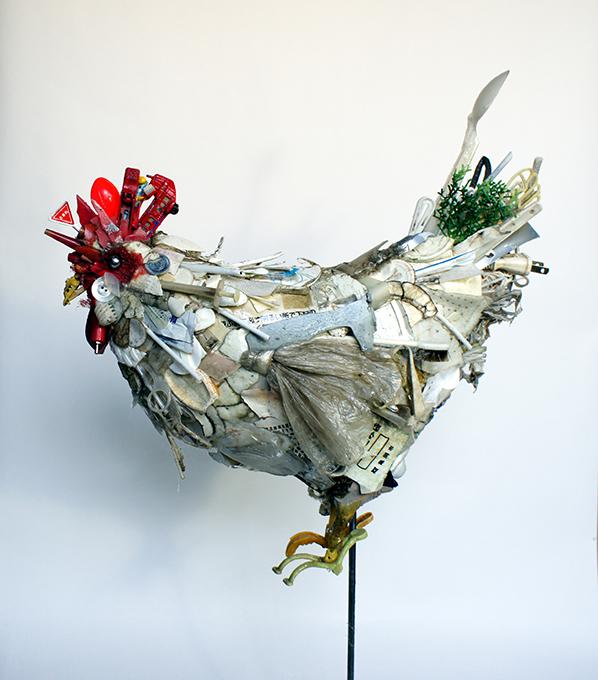 「シロニワトリ」/ ''White rooster'', 2011, garbage based sculpture