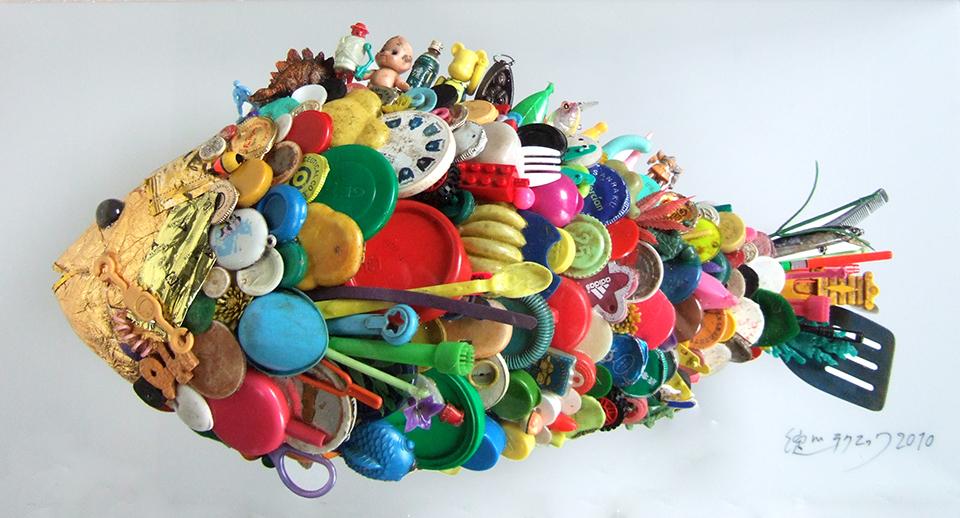 「金キャップ魚」/ ''Gold caps fish'', 2010, garbage based sculpture
