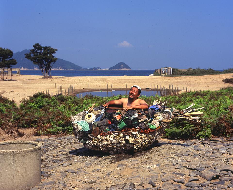 「福山のフグ湯」/''A globefish bath in Fukuyama'', 2013, garbage based sculpture