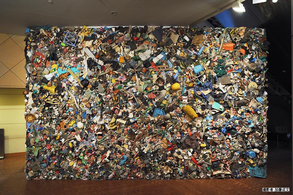 「みんなでゴミになれる!」/ ''Let's Become garbage!'',2014, garbage based sculpture